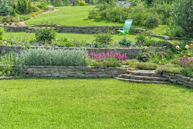 Aménager votre jardin en pente nos conseils