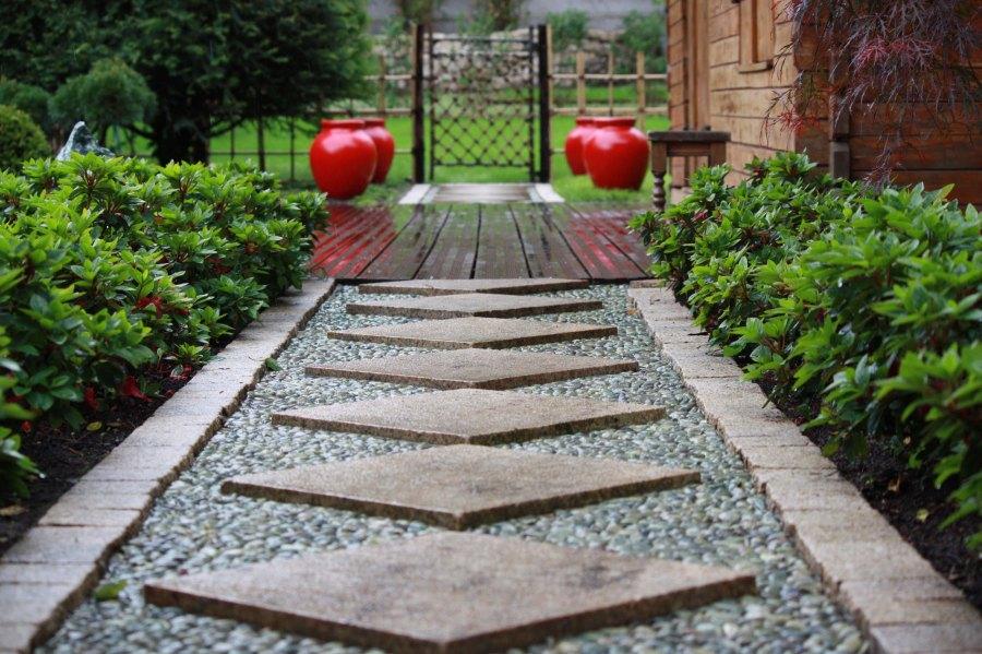 Jardin japonais rouge allée et portillon