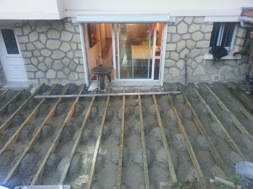 Une Terrasse bois posite Une clôture bois posite