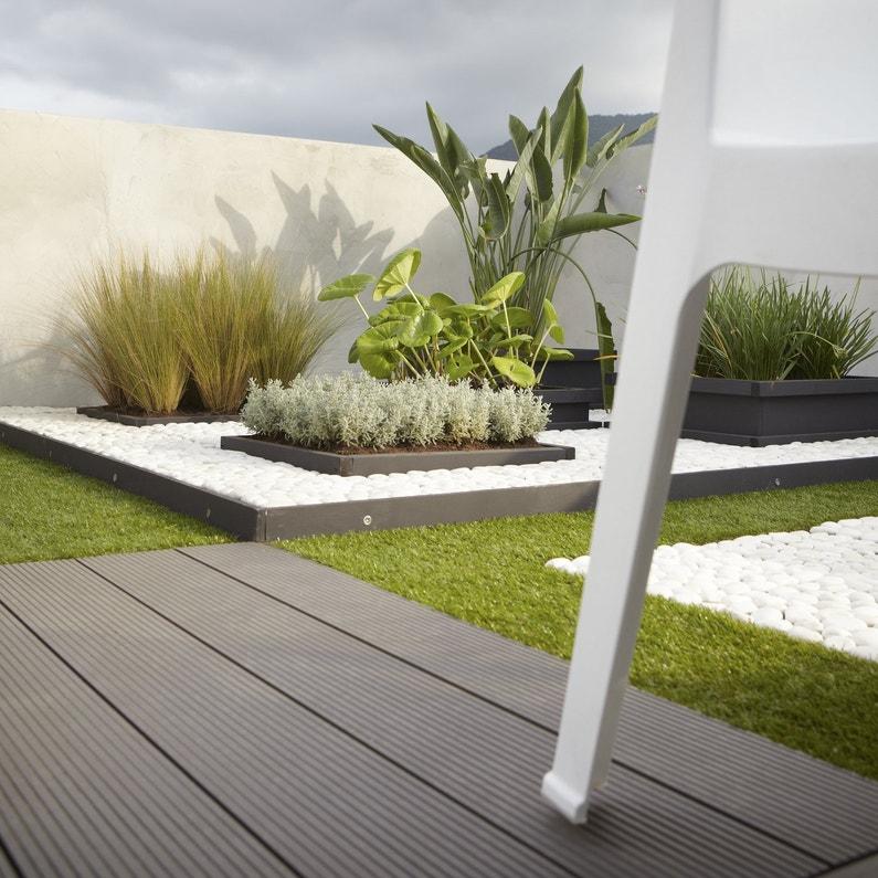 Des lames en bois posite pour une terrasse moderne