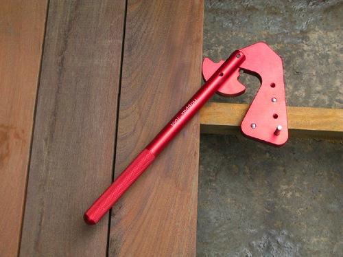 Outil pour redresser les lames de terrasse bois