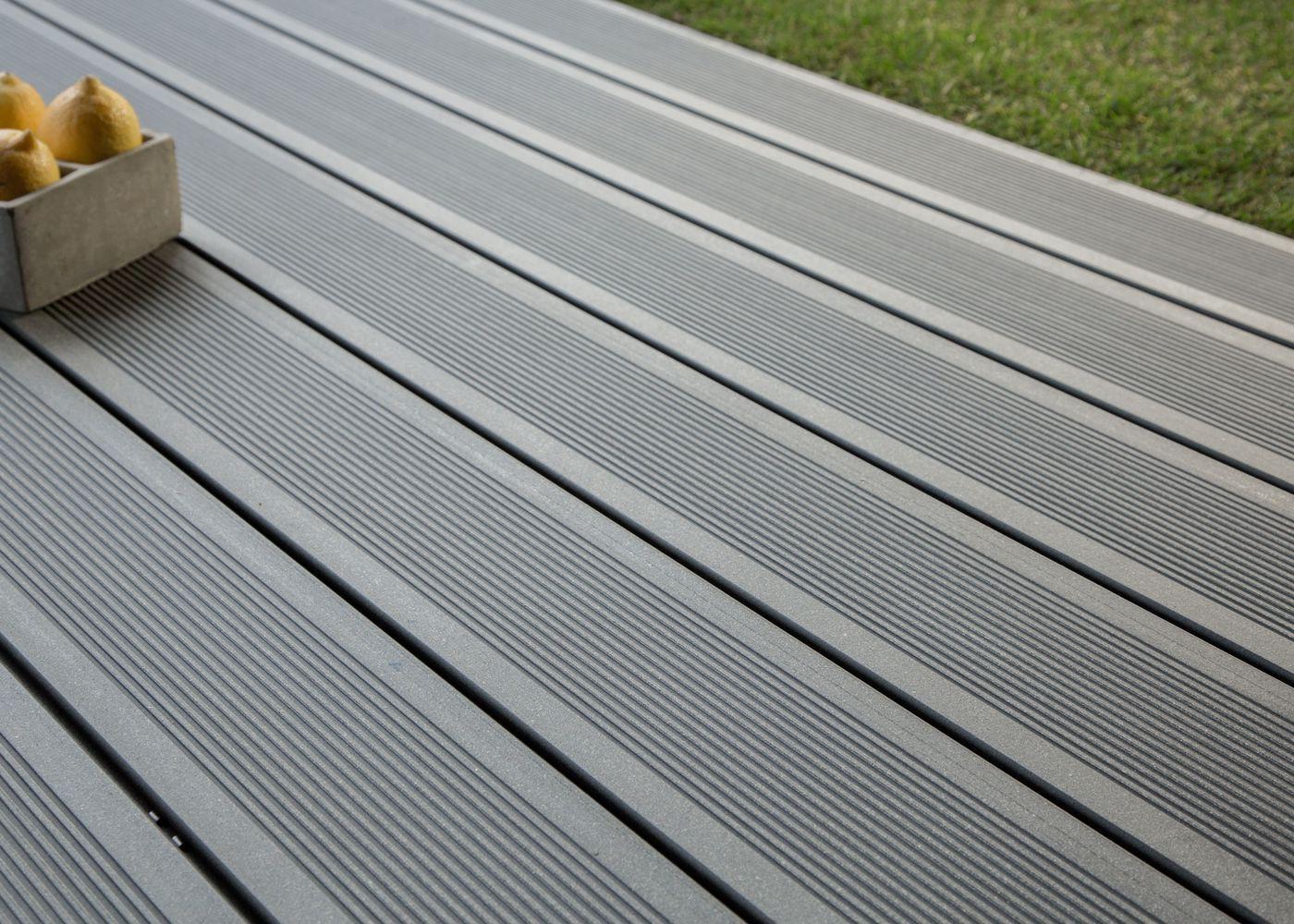 Lame de terrasse en bois posite teinte gris anthracite