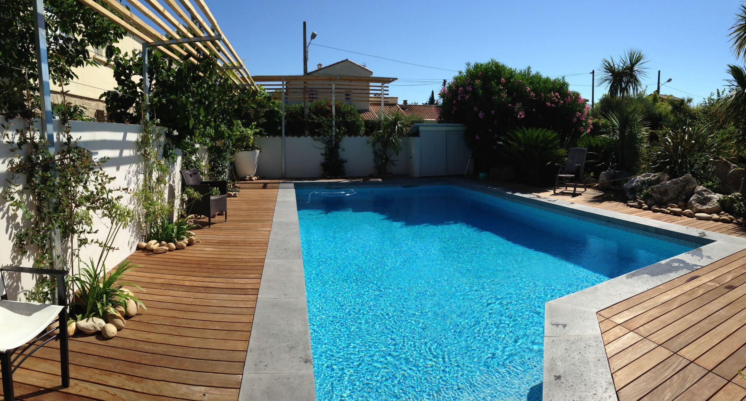 Margelle de piscine en béton L aspect grésé ROUVIERE