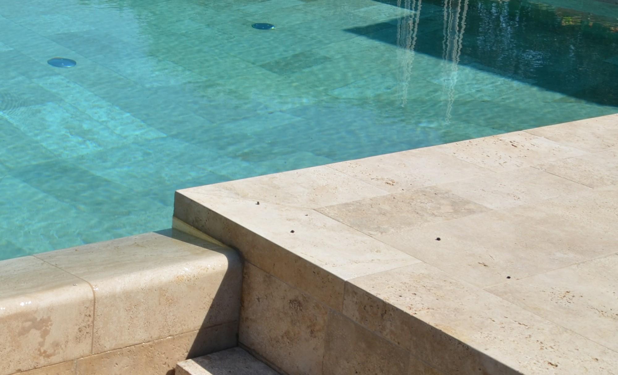 Margelle de piscine travertin beige Grasse Alpes Maritimes