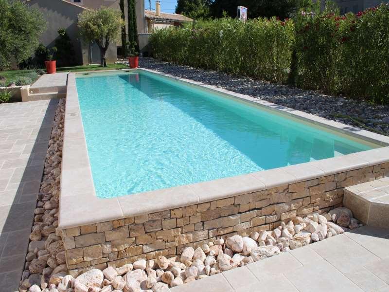 Margelles piscine sur Montpellier en pierre naturelle