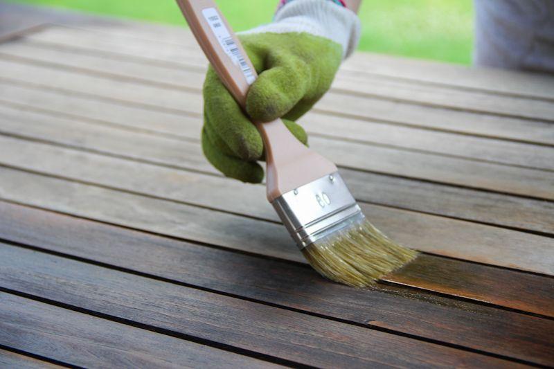 Rénover du mobilier de jardin avec lasure maison huile