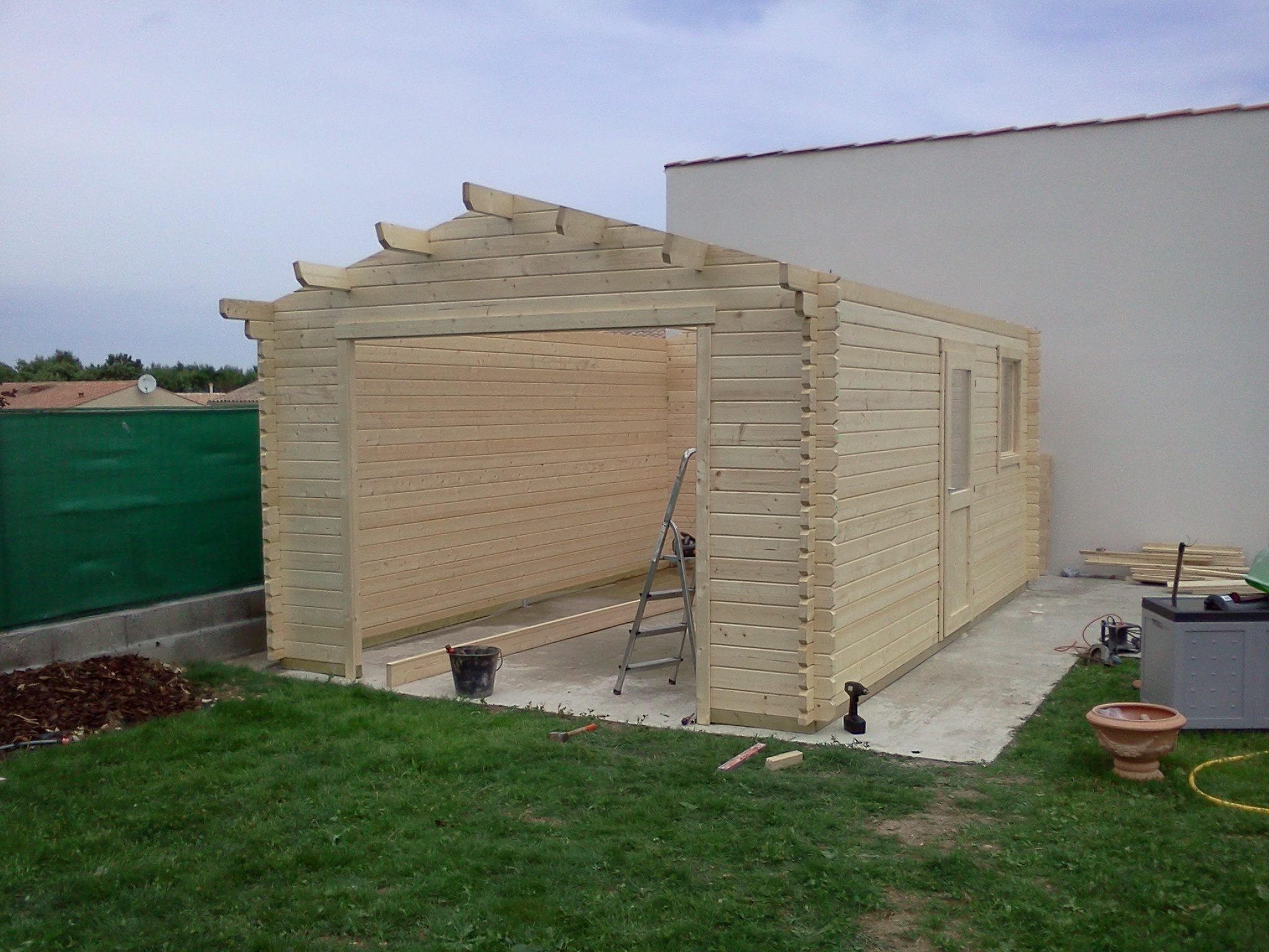 Montage d'abris de jardin et d'abris pour le bois