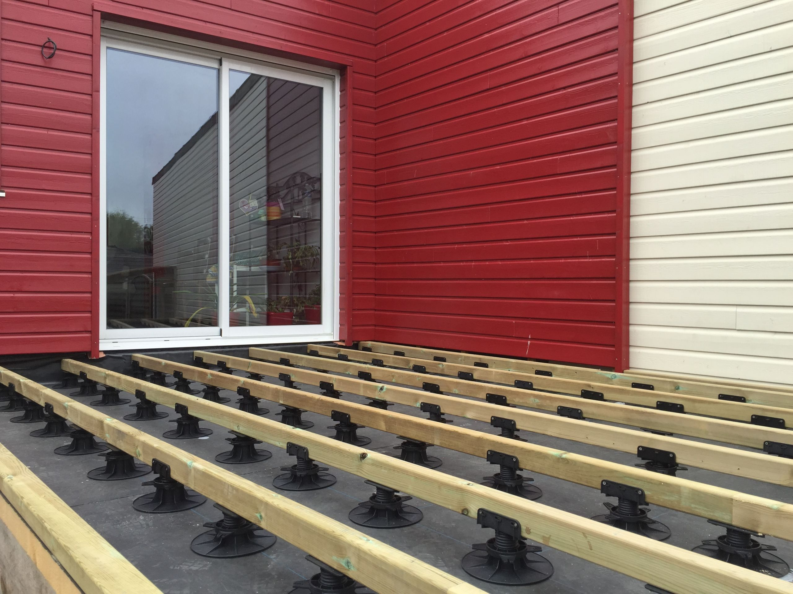 La terrasse est pos e sur plots b tons sur les extr mit s