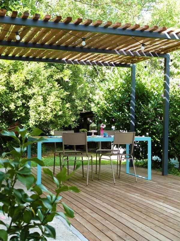 Pergola métal terrasse bois et table de jardin design