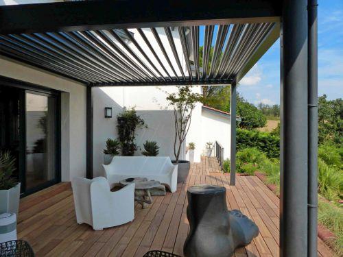 La pergola bioclimatique pour une terrasse design