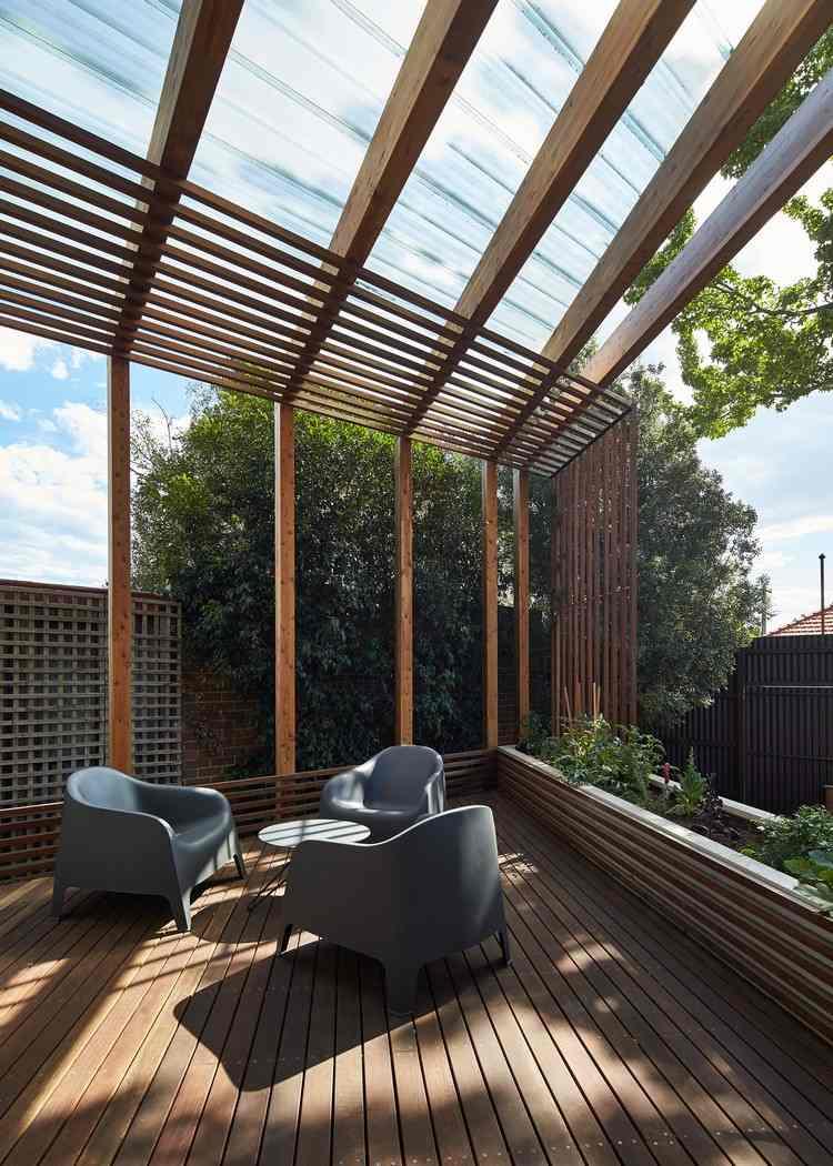 Pergola terrasse en bois et étagères murales dans une