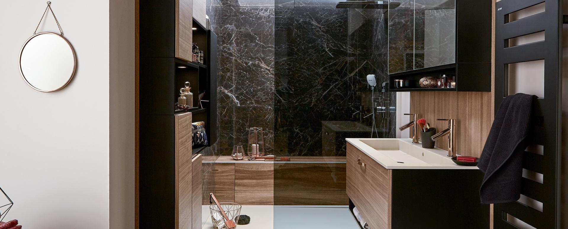 Petite salle de bains design noir et bois Ambiance écrin