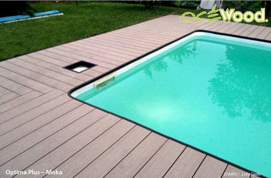 Homeliving posite bord de la piscine bois images
