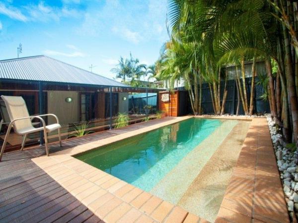 Kinderzimmers terrasse en bois ou posite une piscine