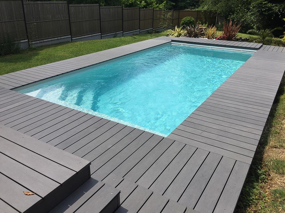 Terrasse de piscine en bois exotique