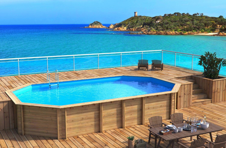 Une piscine semi enterrée en bois