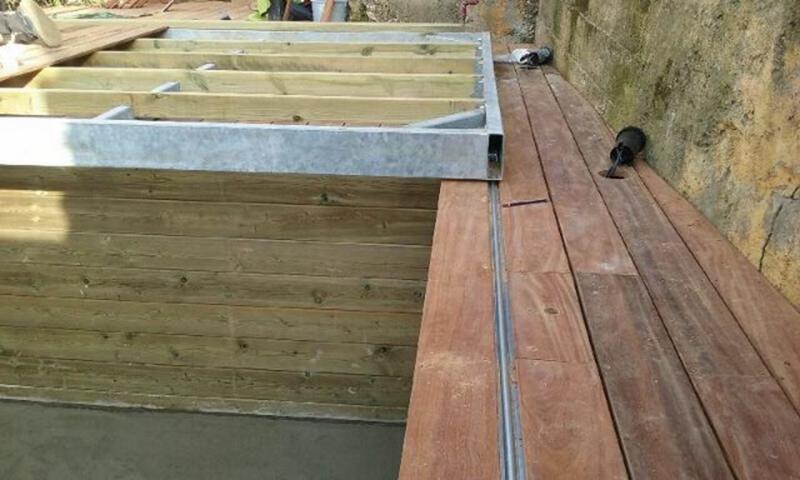 Piscine bois rectangulaire couverte par une terrasse bois