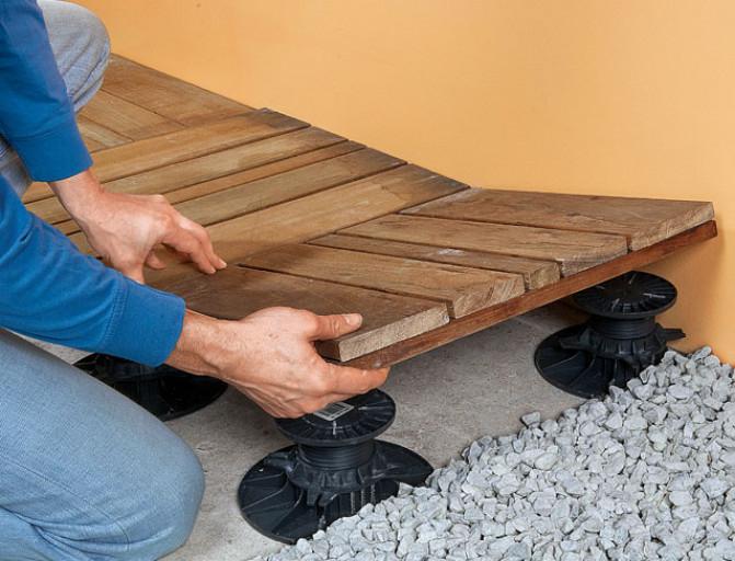 Installer une terrasse en dalles de bois sur plots