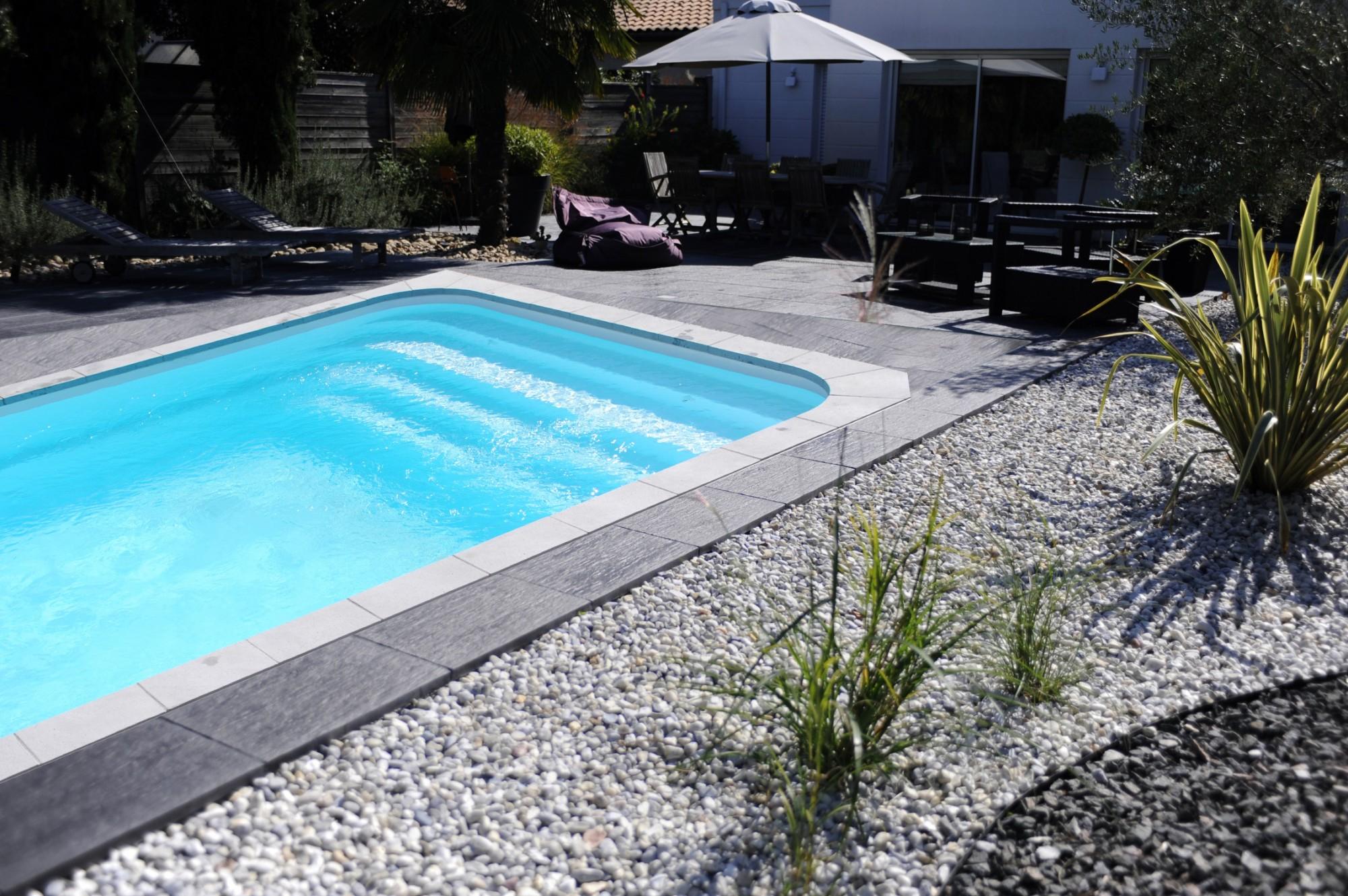 Prix d une piscine coque polyester 7X4 avec plage dans le