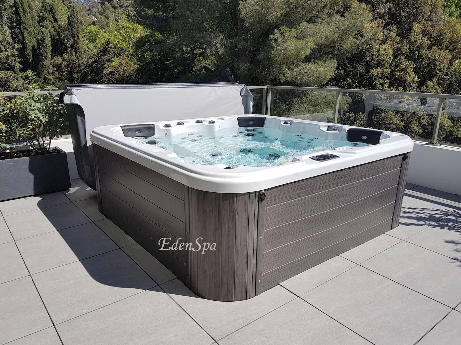 Un spa 5 places sur un toit terrasse modèle O575 à
