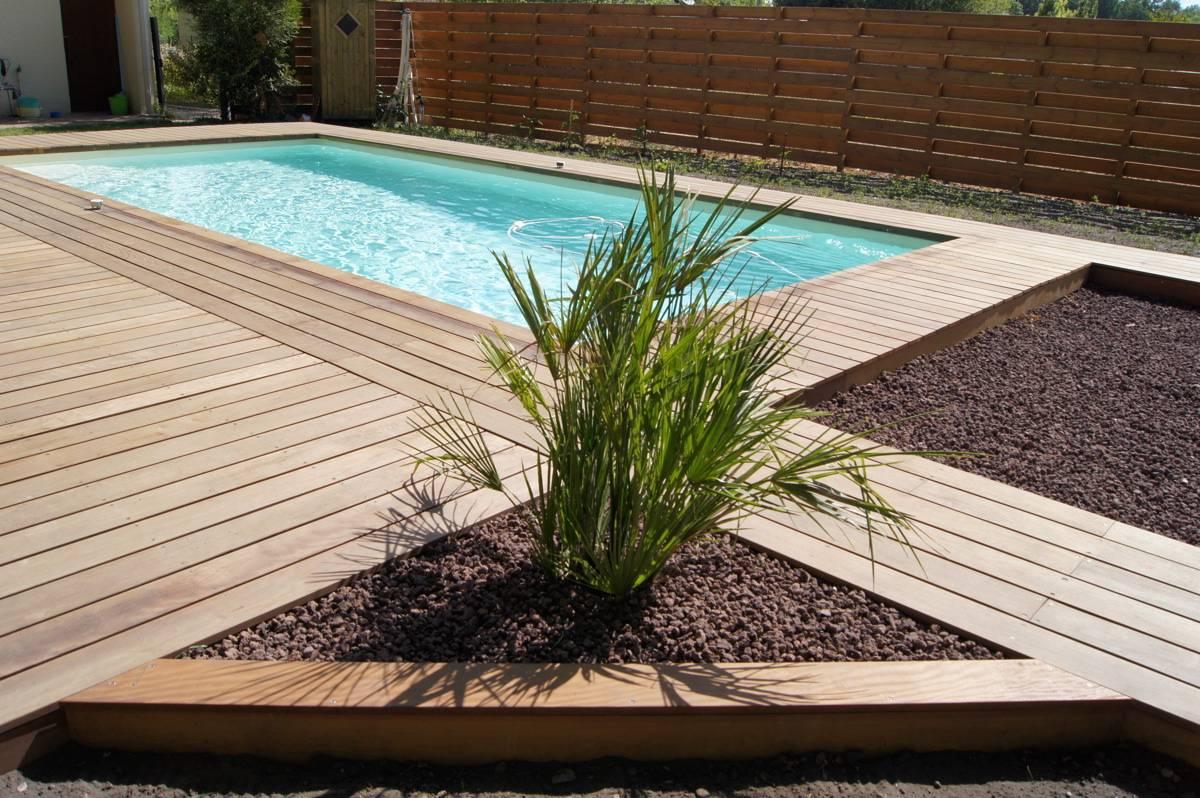 Réalisation terrasse bois sur terre pour piscine à