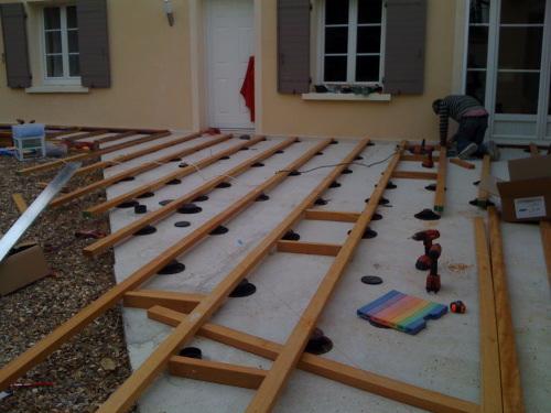 Construire une terrasse en bois sur terre
