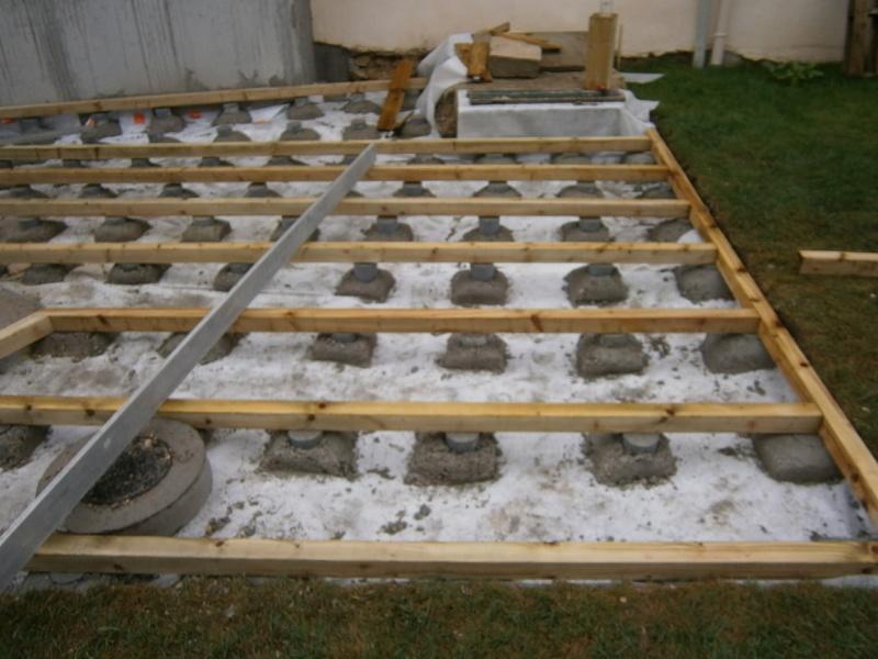 Wandgestaltung Wohnzimmer terrasse en bois sur terre pour