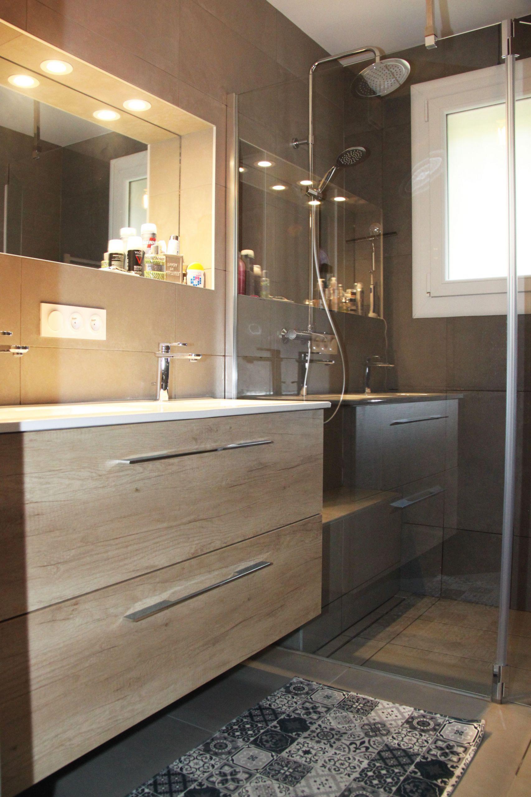 salle de bain avec meuble double vasque bois et blanc avec