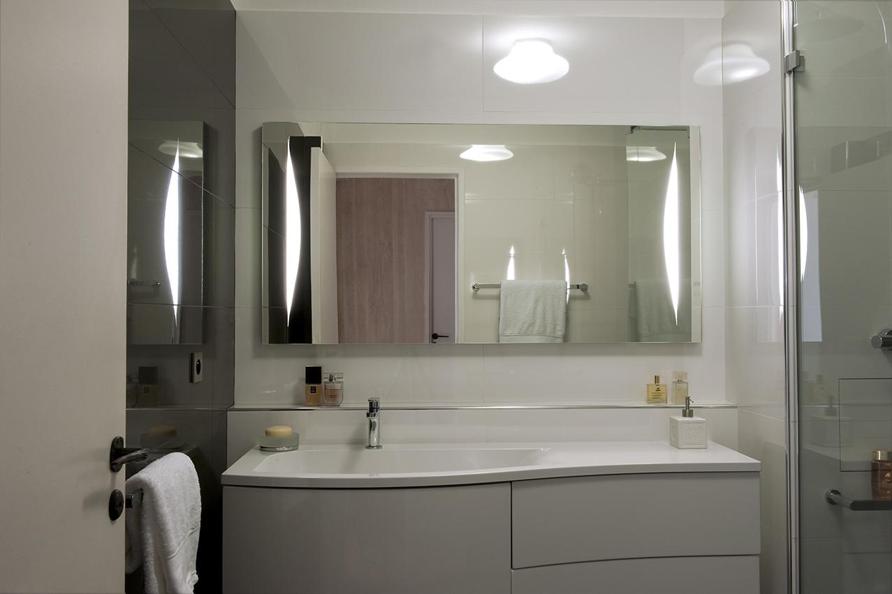Salle de bain blanche et grise – Arlinea Architecture