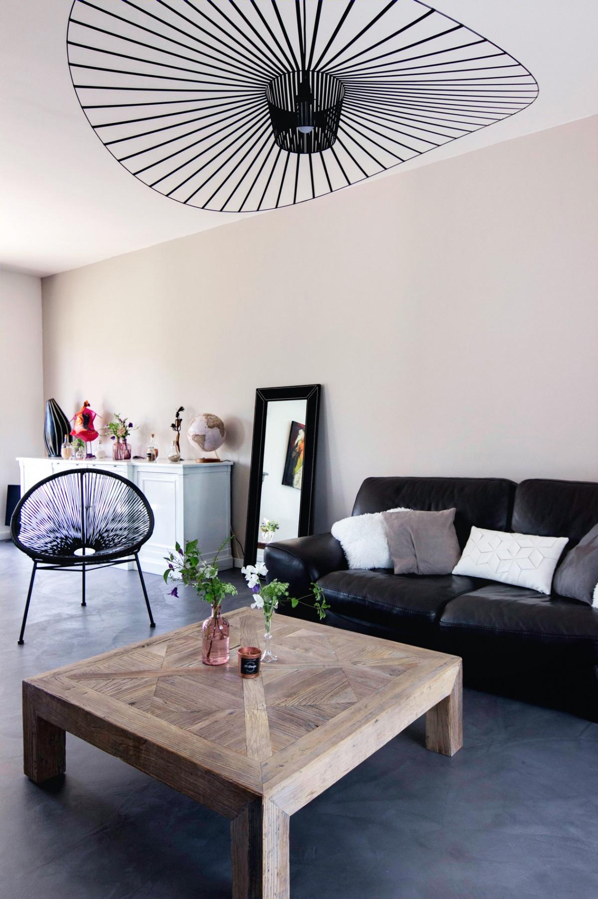 Salon Moderne Gris Et Bois Canapé En Cuir Noir Suspension