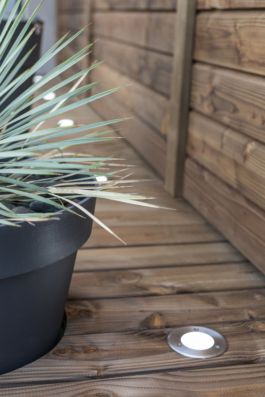 Des spots encastrés sur une belle terrasse en bois