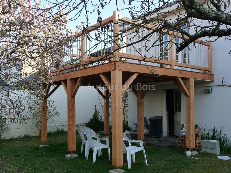 Terrasse bois suspendue sur pilotis et balcons bois à
