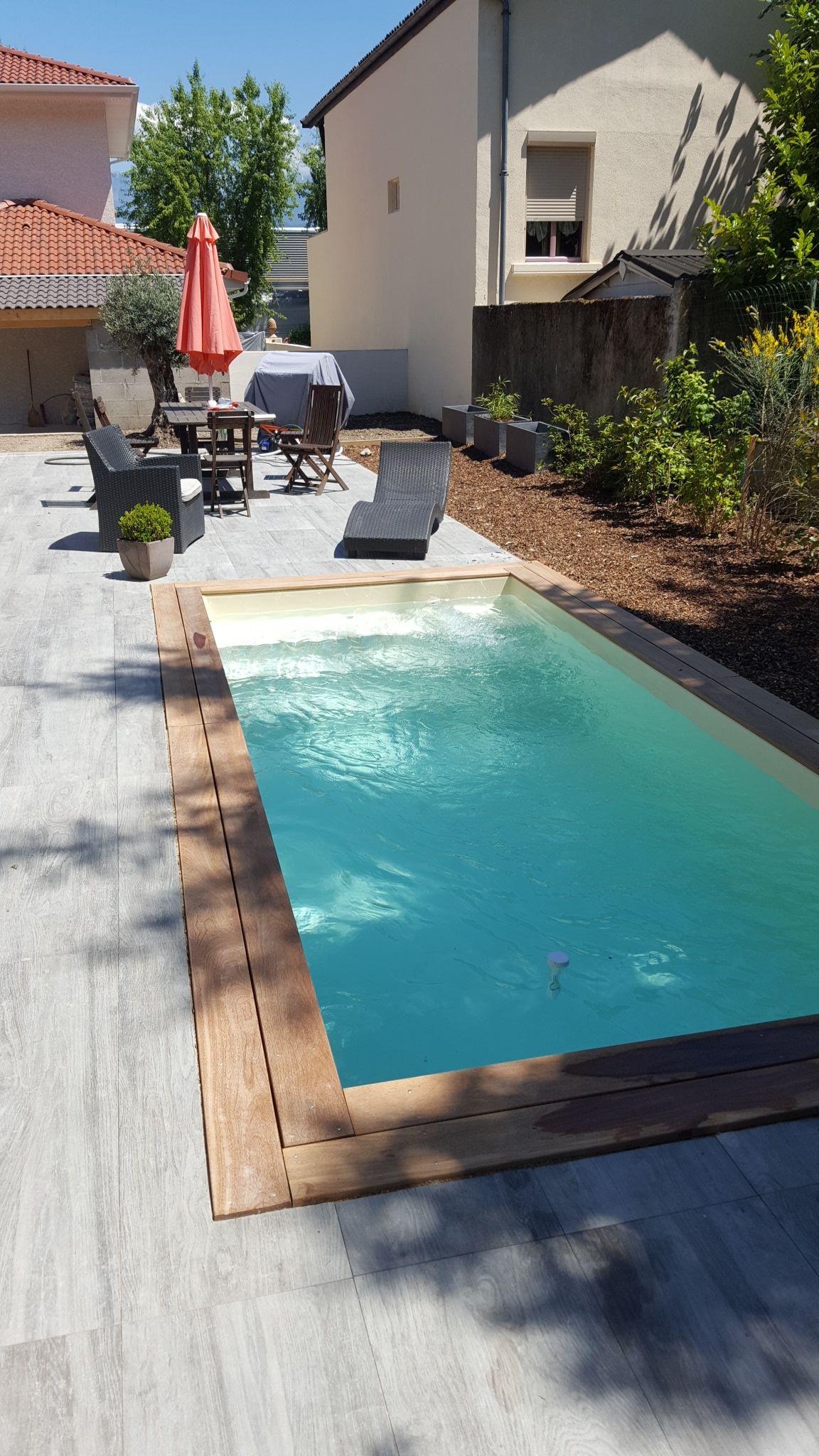 Mini piscine avec margelle en bois exotique et terrasse