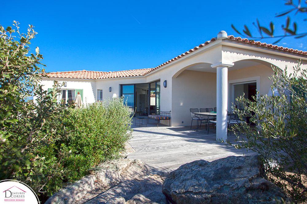 Une maison en L modèle Valinco avec terrasse couverte