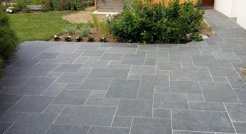 Terrasse en Granit Noir CUPA STONE pour une extension durable
