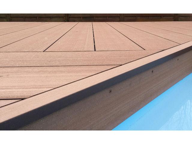 Grande lame de terrasse en bois posite