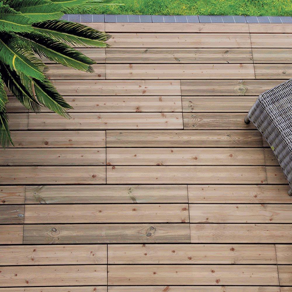 Terrasse le match lames en bois vs dalles en bois