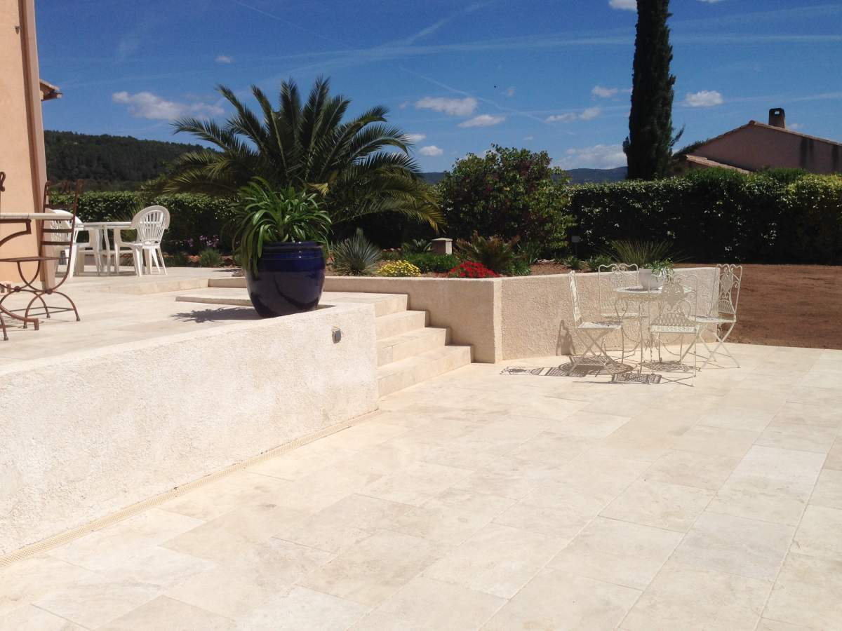 Contour de piscine terrasse en travertin 40 60 pose