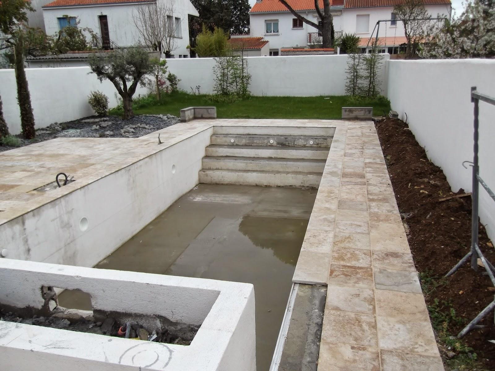 terrasse et contour de piscine en travertin la rochelle