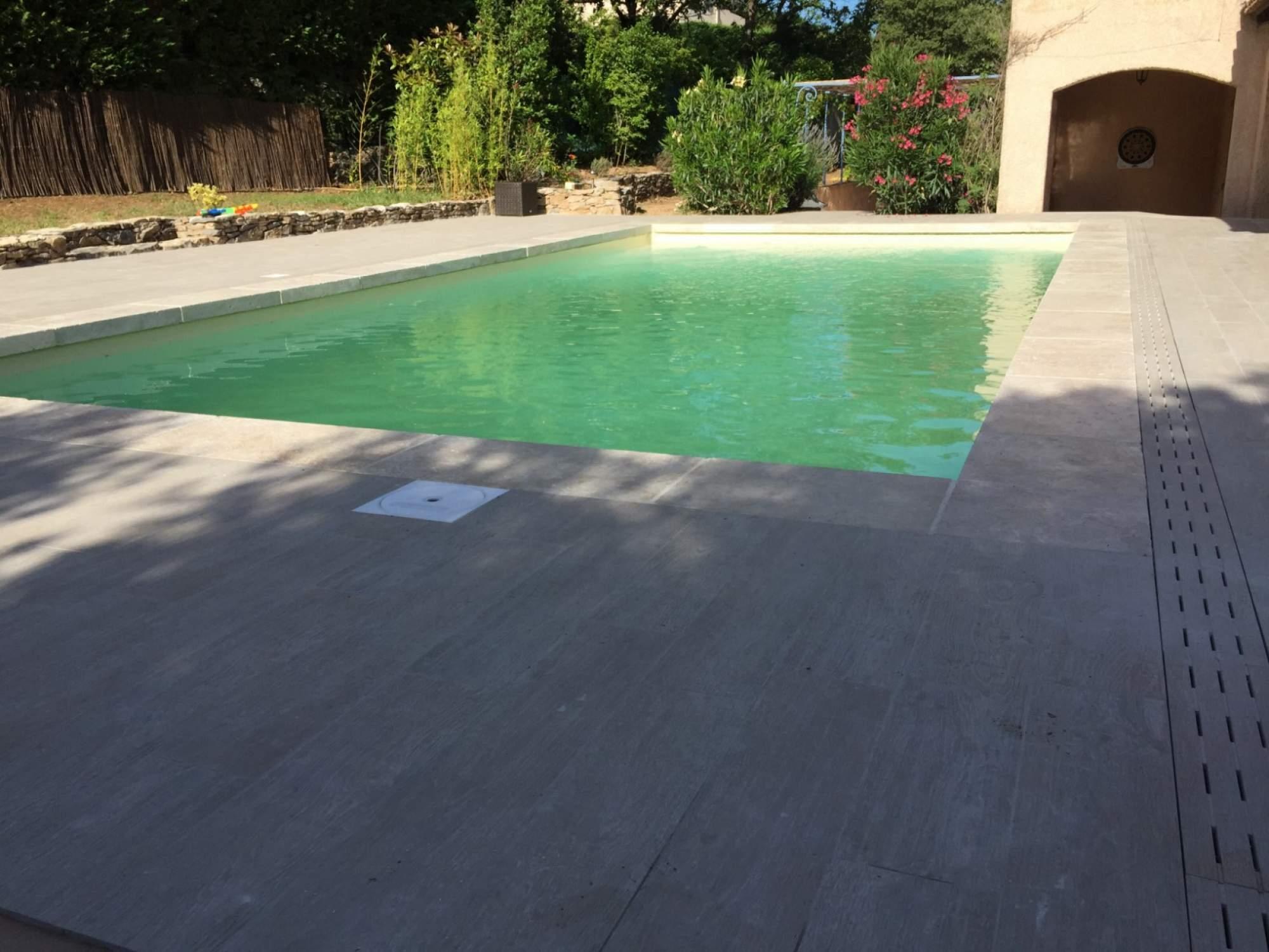 Terrasse imitation parquet margelles de piscine en