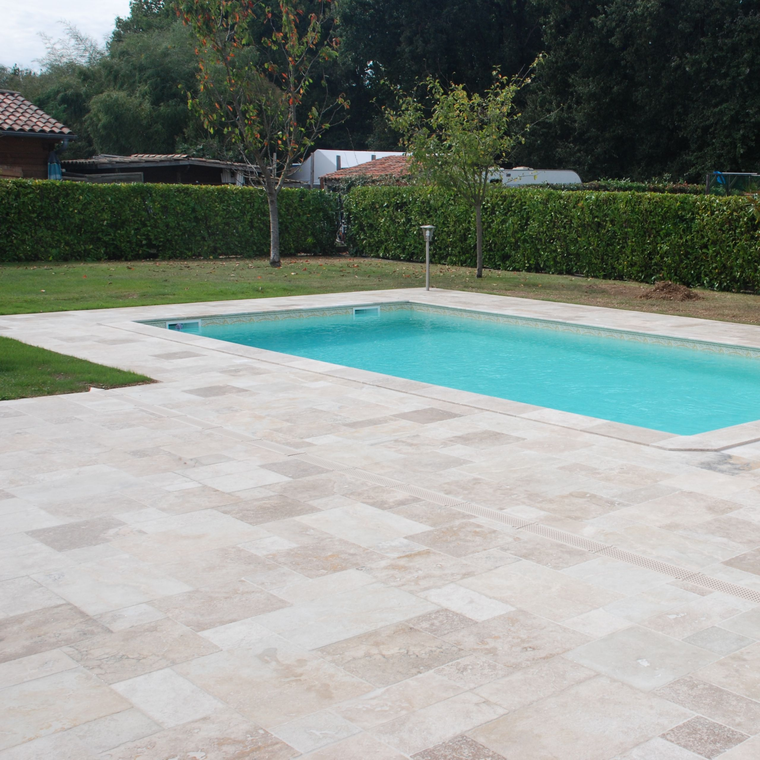 Terrasse travertin RUSTIC avec margelles de piscine