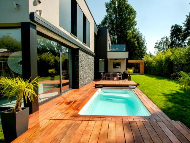 Mini piscine et terrasse mobile pour un jardin en ville