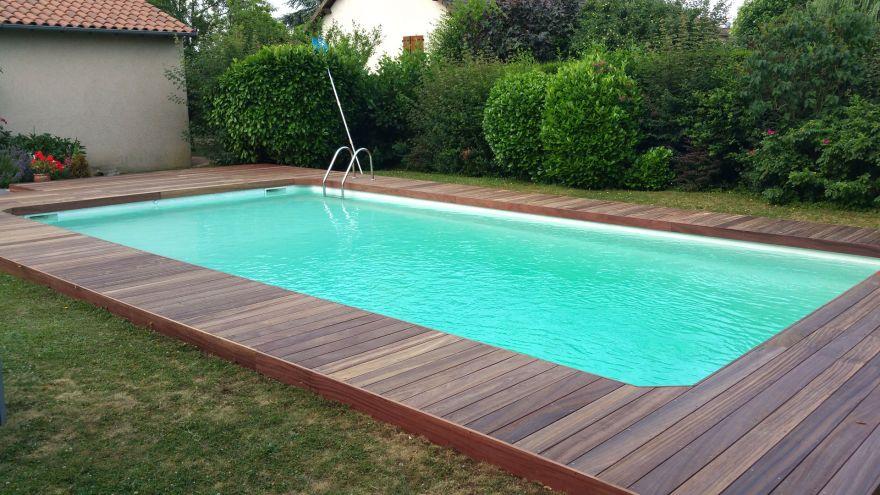 Une terrasse en bois sur mesure pour souligner votre piscine
