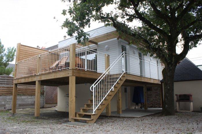 Terrasse bois sur pilotis balcon et rambarde en bois