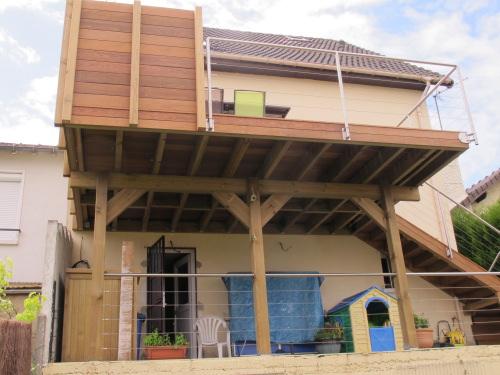 Terrasse sur Pilotis en bois tropical ou bois posite