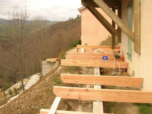 4 terrasses posées sur un jardin en pente