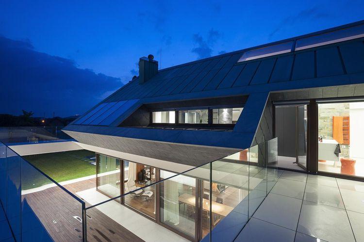 maison sur terrain en pente avec terrasse et garde corps