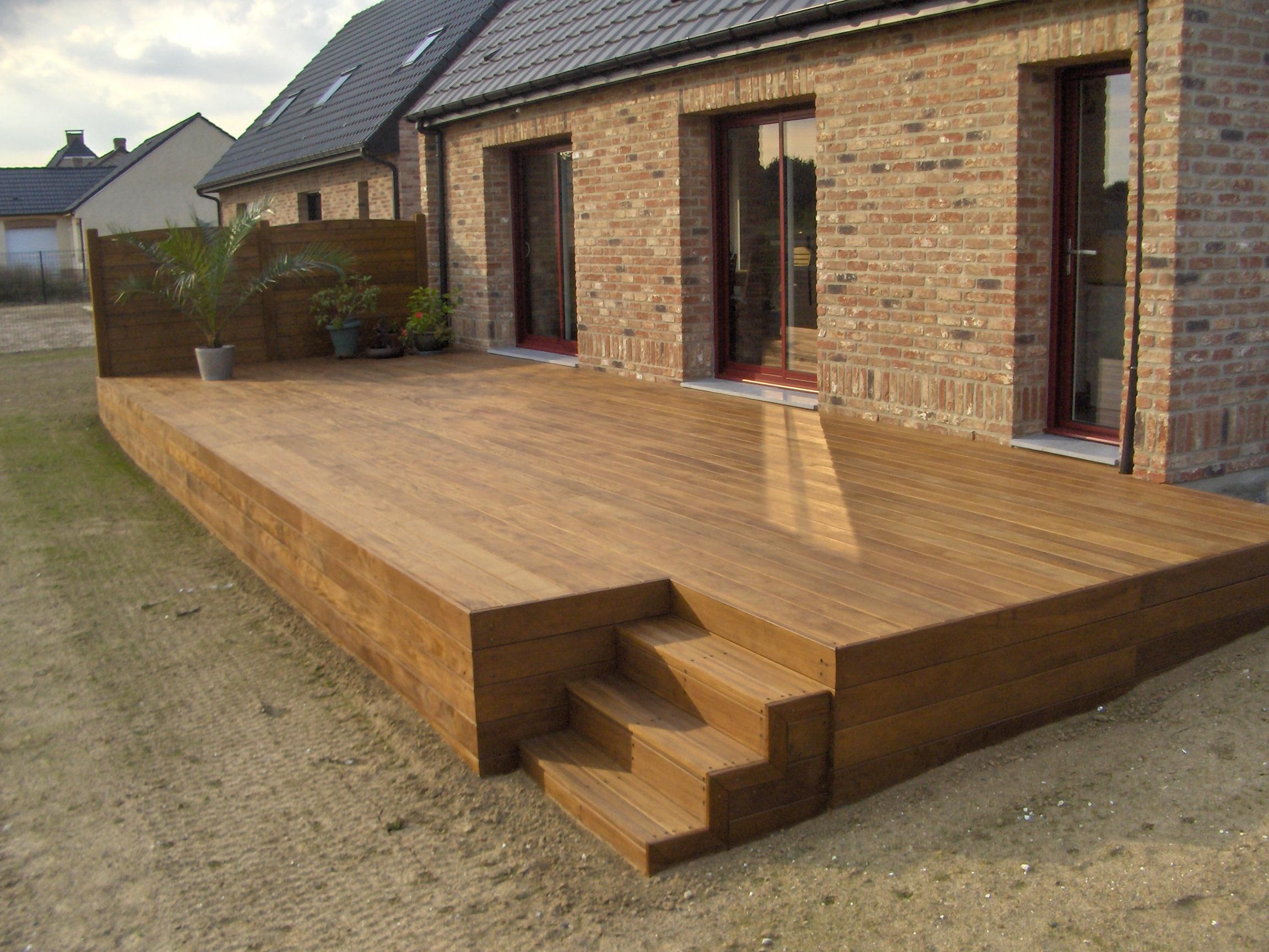 Terrasse suspendue en bois livrée et installée par