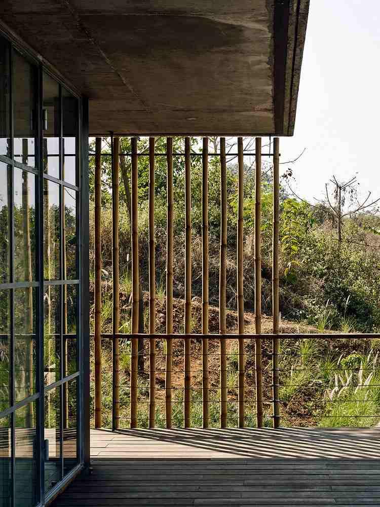 Parement de pierre naturelle et toit végétalisé d une maison