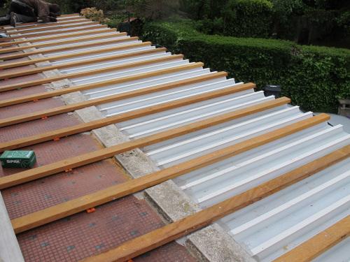 Terrasse sur bac acier – Revêtements modernes du toit